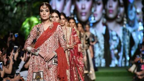Classic Nida Azwer takes center stage at an otherwise mundane PLBW Day 1