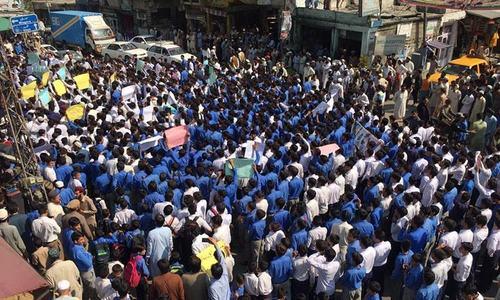 خیبرپختونخوا: ڈسٹرکٹ ایجوکیشن افسر کے قتل کے خلاف صوبے بھر میں احتجاج