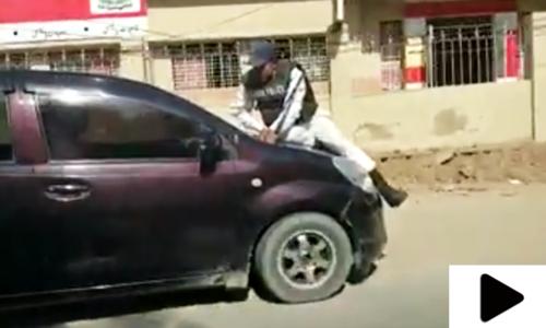 ٹریفک قوانین پر عمل کروانے کے لیے پولیس اہلکار کا انوکھا انداز