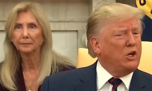 امریکی صدر کے پیچھے موجود یہ خاتون وائرل کیوں ہوئی؟