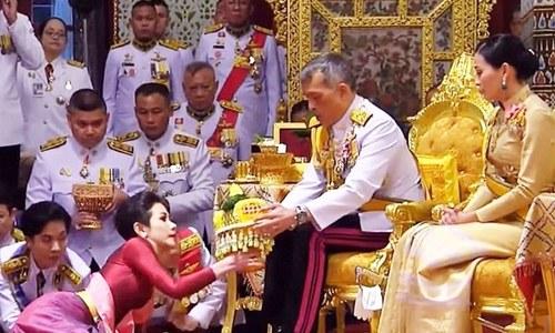 'بے وفائی' کرنے پر تھائی لینڈ کے بادشاہ نے خاتون محافظ سے شاہی عہدہ واپس لے لیا