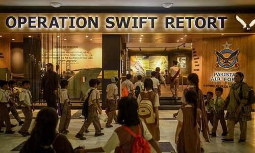 بھارتی پائلٹ کا مجسمہ پی اے ایف میوزیم میں نمائش کیلئے نصب