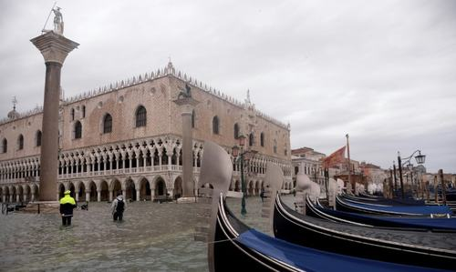 Inundated Venice braced for more flooding, strong winds