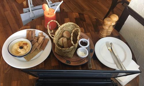'ناشتہ مانگ کر ہمارے اسٹاف کو شرمندہ مت کریں'