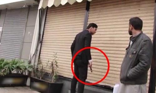 ایک شخص نے اسلحے کے زور پر دکان بند کروادی—فوٹو: ڈان نیوز