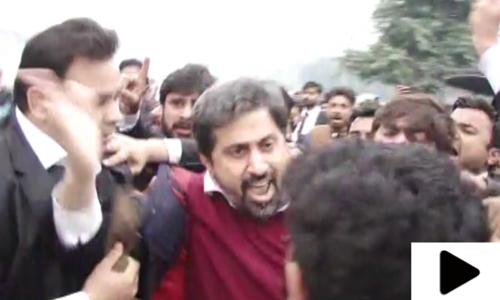 صوبائی وزیر اطلاعات پنجاب فیاض الحسن چوہان پر وکلا کا تشدد