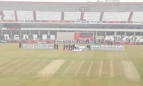 بھائی، اتنے لوگ تو امارات کے میدان میں بھی آجاتے تھے!