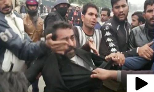 ہسپتال میں توڑ پھوڑ کرنے والے وکلا اب شہریوں کے غیض و غضب کا شکار
