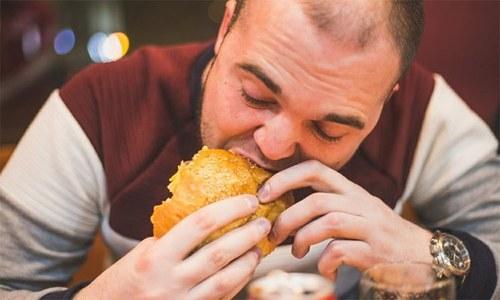 کچھ لوگ بہت زیادہ کھانا کیوں کھاتے ہیں؟
