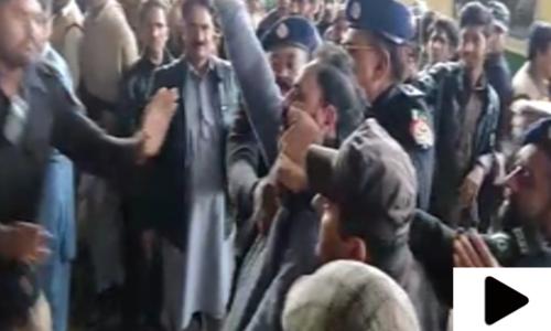 سرگودھا میں شیخ رشید کی آمد پر جیالے نے ٹرین پر انڈے دے مارے