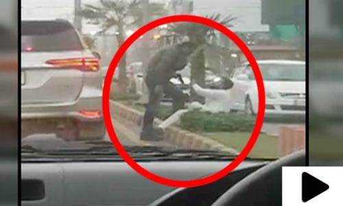 لاہور میں شہری پر سرعام تشدد کی ویڈیو وائرل