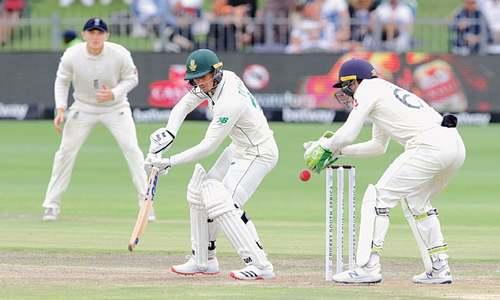 De Kock leads SA fightback after Bess bags five wickets