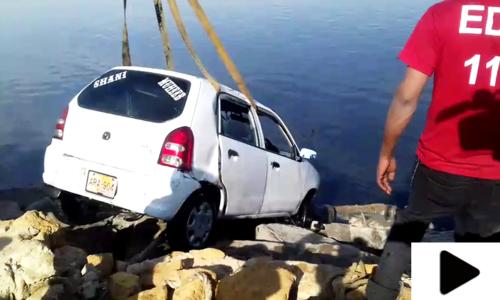 کراچی میں تیز رفتار کار سمندر میں جاگری، 2 افراد جاں بحق