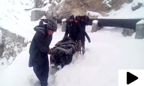 جب برفباری میں پھنسی بیمار خاتون کو ریڑھی پر ہسپتال لے جایا گیا