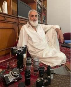 میر احمد اپنے مینؤل کیمروں کی کلیکشن دکھا رہے ہیں—تصویر بشکریہ لکھاری