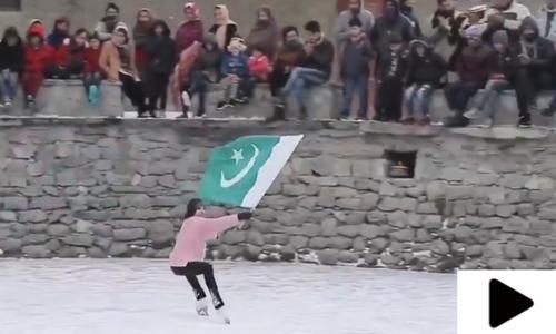 فگر اسکیٹر ملاک فیصل ظفر کی قومی پرچم کے ساتھ برف پر پرفارمنس