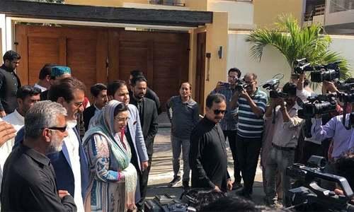 نعیم الحق کی نماز جنازہ میں شرکت کیلئے سرکاری حکام، پی ٹی آئی رہنما ان کی رہائش گاہ پر پہنچ گئے