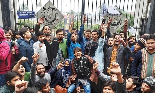 بھارت: لائبریری میں طلبہ پر پولیس کے بدترین تشدد کی ویڈیو وائرل