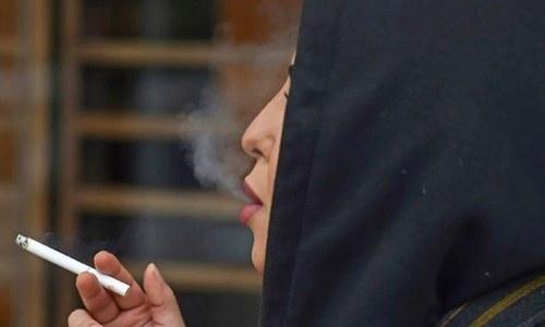 'آزادی کا جشن' منانے کے لیے سعودی خواتین نے سگریٹ نوشی شروع کردی