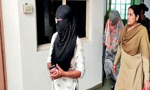 بھارت: ماہواری کی جانچ کیلئے طالبات کے زیر جامہ اتارنے کے الزام میں اساتذہ گرفتار