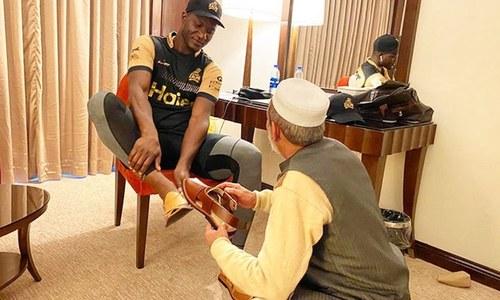 مداح کا پشاور زلمی کے کھلاڑیوں کیلئے 'کپتان چپل' کا تحفہ