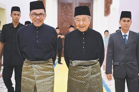 Mahathir, Anwar vie for power again