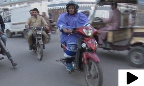 برقع پہن کر موٹر سائیکل چلانے والی باہمت خاتون