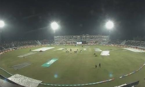 بارش کے سبب پشاور زلمی اور لاہور قلندرز کے درمیان میچ تاخیر کا شکار
