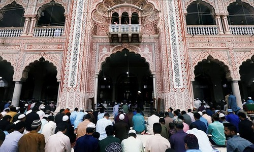 Govt in limbo over banning congregation prayers in mosques amidst virus lockdown