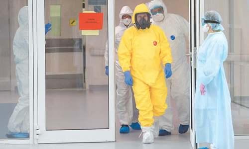 Putin dons hazmat suit to visit corona hospital