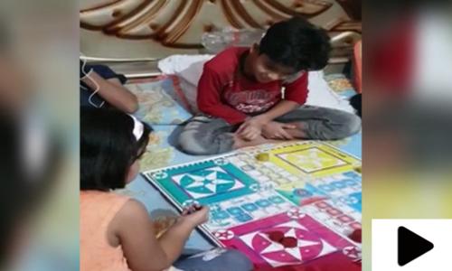 کراچی میں لاک ڈاؤن کے دوران بچوں نے انڈور گیمز کا سہارا لے لیا
