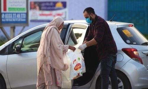 وبا کے دنوں میں کس طرح پاکستانی غریبوں کی مدد کر رہے ہیں؟