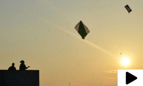 کراچی میں لاک ڈاؤن کے دوران شہری پتنگ بازی کرکے وقت گزارنے لگے
