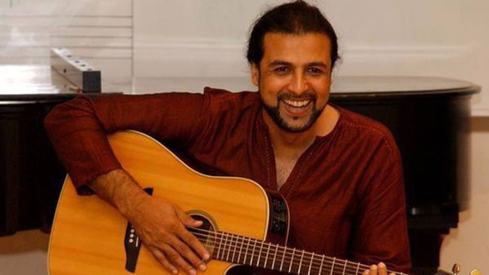 Salman Ahmed just taught a fan how to play Junoon Se