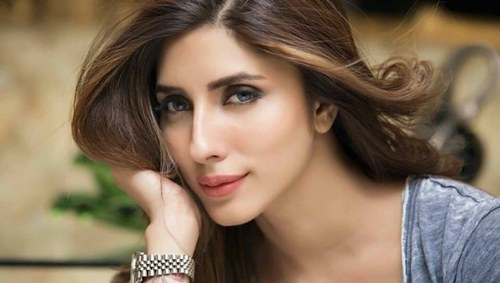 Actor Uzma Khan files complaint against group of women for instigating violence, FIR registered
