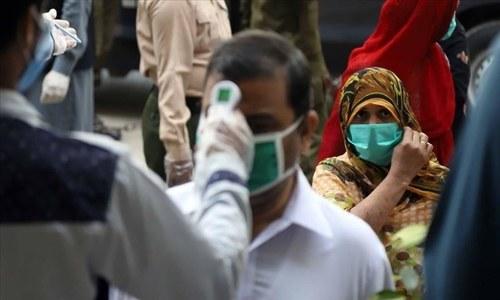 کورونا کے سونامی سے پاکستان کا نظام صحت کمزور پڑنے لگا