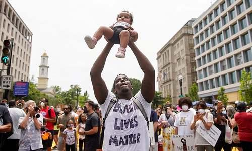 واشنگٹن سمیت امریکا بھر میں نسل پرستی کے خلاف ہزاروں افراد کا احتجاج