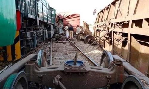 خانپور کے قریب مسافر ٹرین کی مال گاڑی کو ٹکر، 2 افراد زخمی
