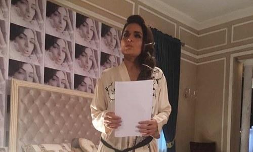 'کورونا گو گو' کے نعرے کے ساتھ میرا کا پی ٹی وی پر شو کرنے کا اعلان