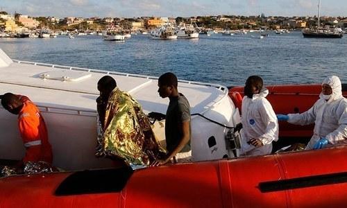 اٹلی کا بحری جہاز پر پھنسے مہاجرین کی 'خودکشی کی کوشش' پر پناہ دینے کا اعلان