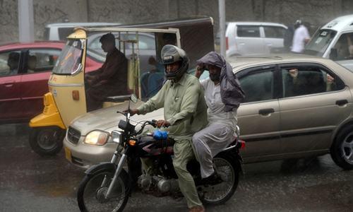 کراچی کے مختلف علاقوں میں بارش، بجلی بھی غائب