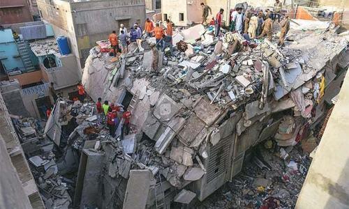 گلبہار میں منہدم 7 منزلہ عمارت کی تعمیر کے لیے ایس بی سی اے نے رشوت لی، پولیس