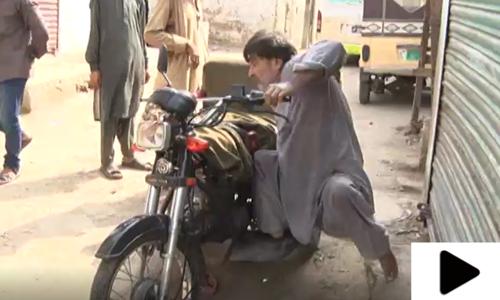 پولیو کے باوجود محنت کرکے روز گار کمانے والا کراچی کا باہمت شخص