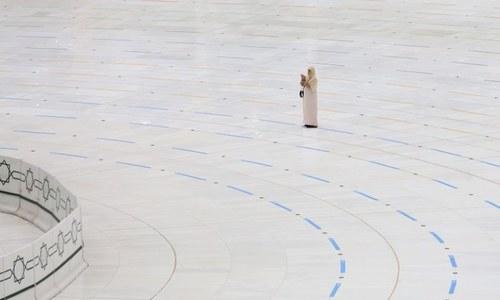حج کے دوران خانہ کعبہ میں تنہا عبادت کرنے والی خوش نصیب خاتون
