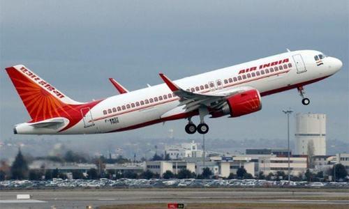 بھارت: کیرالا ایئرپورٹ پر ایئرانڈیا کا طیارہ رن وے میں پھسل گیا، ہلاکتوں کا خدشہ