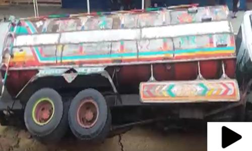 کراچی میں مون سون کی بارشوں سے سڑکیں ٹوٹ پھوٹ کا شکار