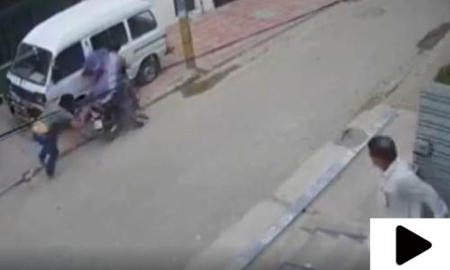 کراچی میں شہریوں نے گاڑی کے سائیڈ ویو مرر چوری کرنے کی واردات ناکام بنا دی