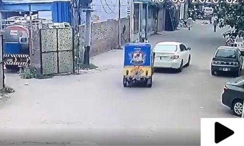 فیصل آباد میں بینک سے رقم نکلوانے والے شہری سے لوٹ مار