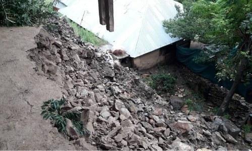 بارشوں سے متعدد گھر بھی تباہ ہوئے—فوٹو:عمر باچا
