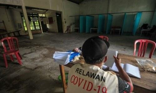انڈونیشیا میں فیس ماسک نہ پہننے پر کووڈ سے ہلاک افراد کی قبریں کھودنے کی سزا